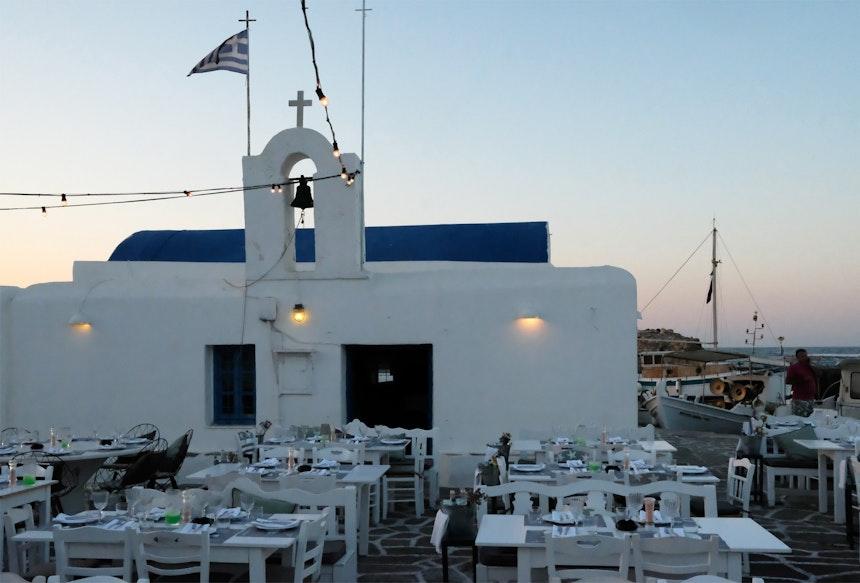 Eines der vielen hübschen Hafenrestaurants Naousas im Norden der Insel