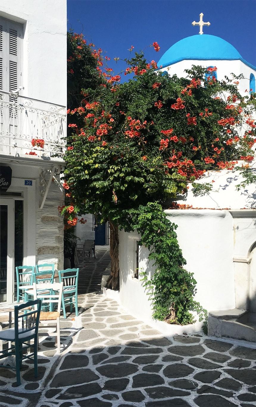 Typisch Kykladen – Enge Gassen, weiße Häuser, blaue Kirchenkuppeln, weiß ummalte Pflastersteine