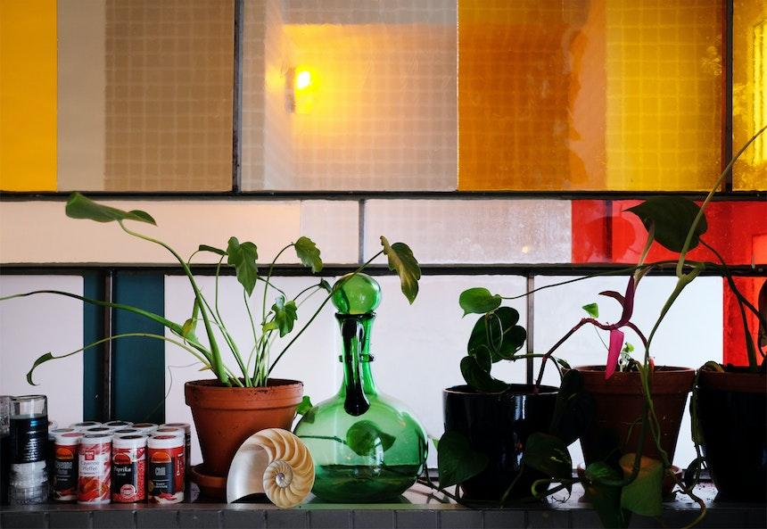 Vom Müll zum Designobjekt – Die Glasscheiben stammen alle aus Neuköllner Baustellencontainern
