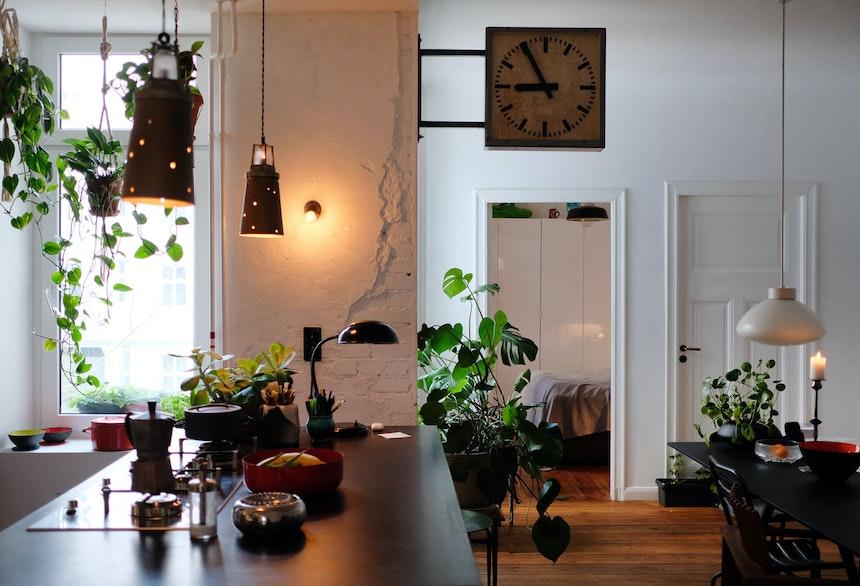 Offener Wohnbereich nach Umbau, Vintage (Industrie)Leuchten sorgen für gemütliches Licht