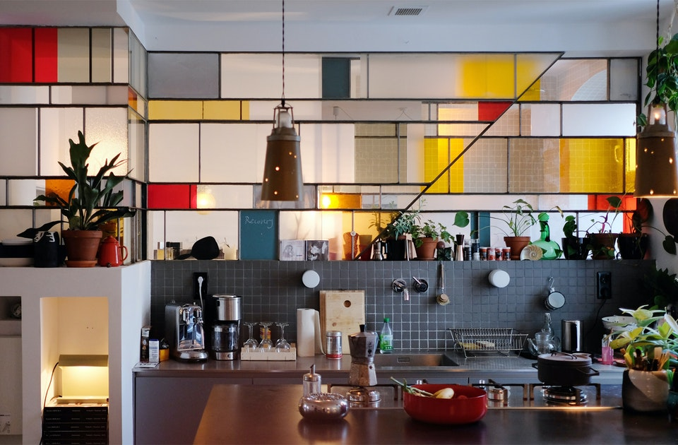 Hingucker – Eine Wand aus Stahl und Glas trennt Küche und Badezimmer