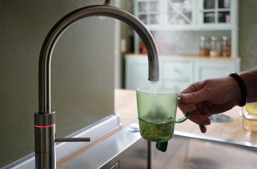 Kochendes Wasser: Den geriffelten Ring am Wasserhahn zwei Mal drücken und dann nach rechts drehen – Das Wasser kommt tröpfchenförmig, um Verbrennungen zu vermeiden