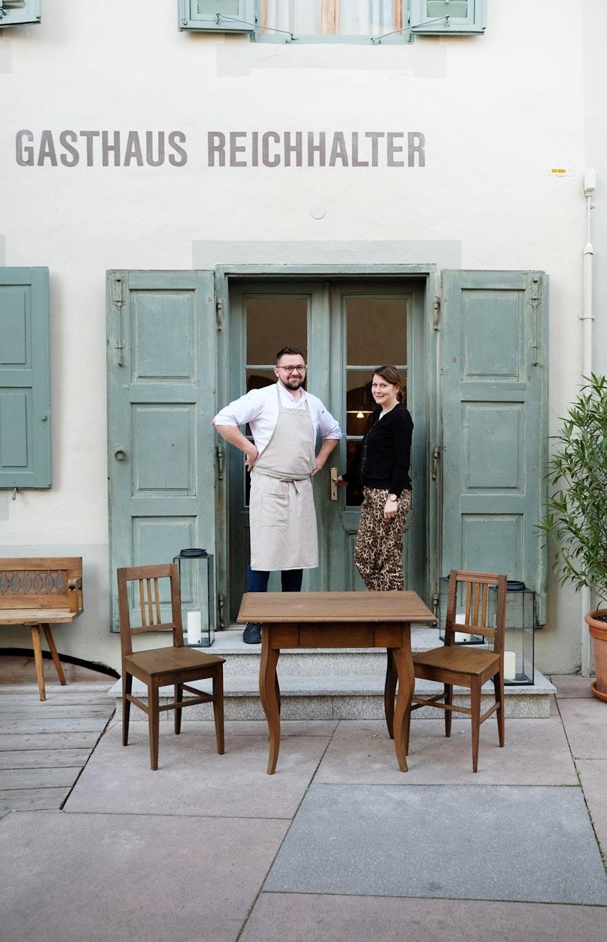 Das Gastronomenpaar Martina und Andreas Heinisch verwöhnt seine Gäste im Café und Restaurant im Erdgeschoss des Hauses mit bester Südtiroler Küche – vom Frühstück bis in die  Abendstunden, vom Morgenkaffee bis zum abendlichen Drink