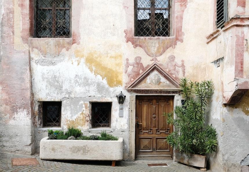Nur wenige Schritte entfernt steht dieses wundervolle Haus mit seinen Wandmalereien und dem bepflanzten Futtertrog