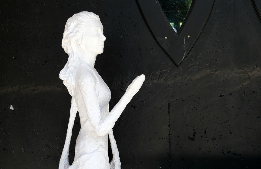 Schwarze Betonwand, weiße Frau
