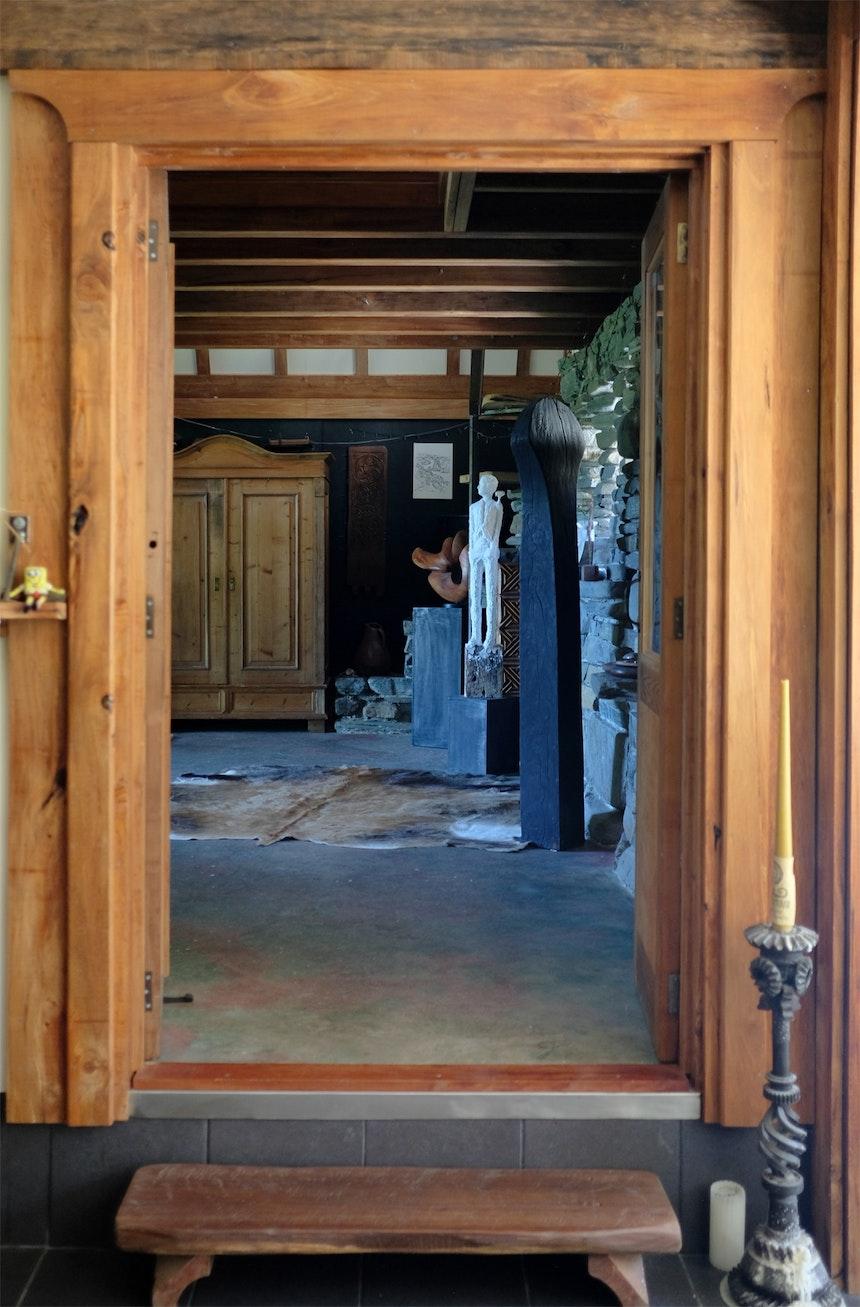 Betonboden, Holzgebälk, unendlich viele Kunstobjekte und eine Zwischenebene zum Schlafen