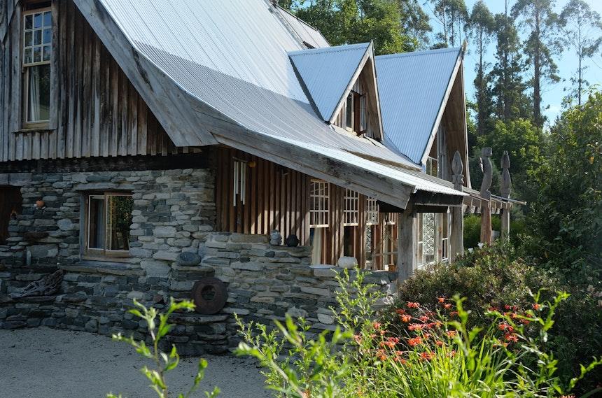 Stein, Holz und Kunst inmitten eines riesigen selbst angelegten Gartens