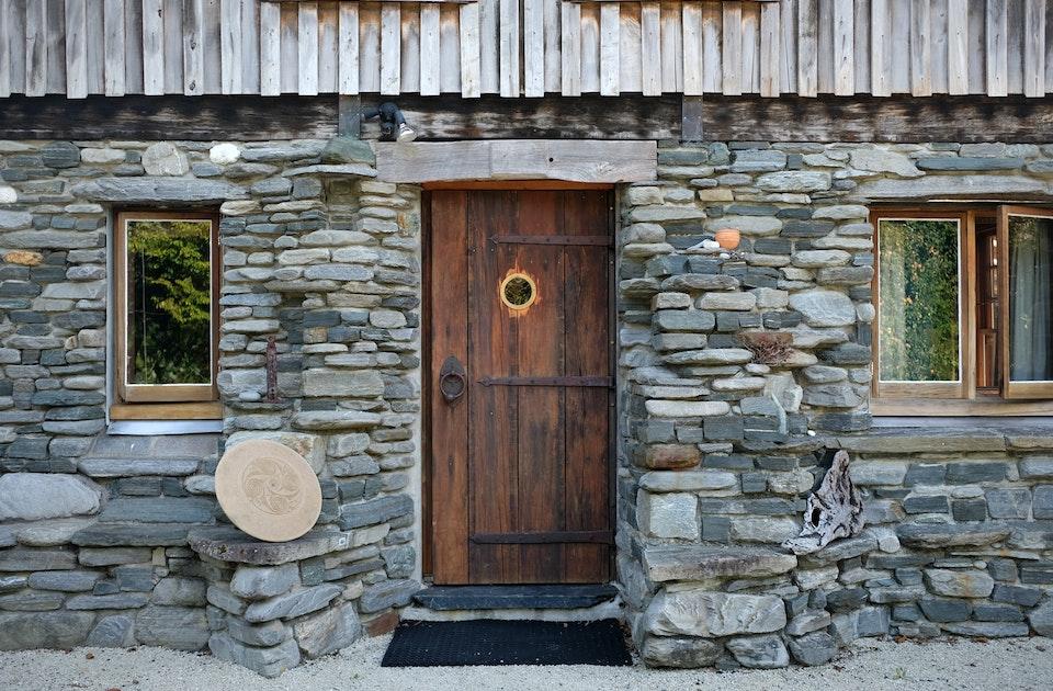 Der untere Teil der Hausfassade besteht aus selbst gesammelten Flussteinen