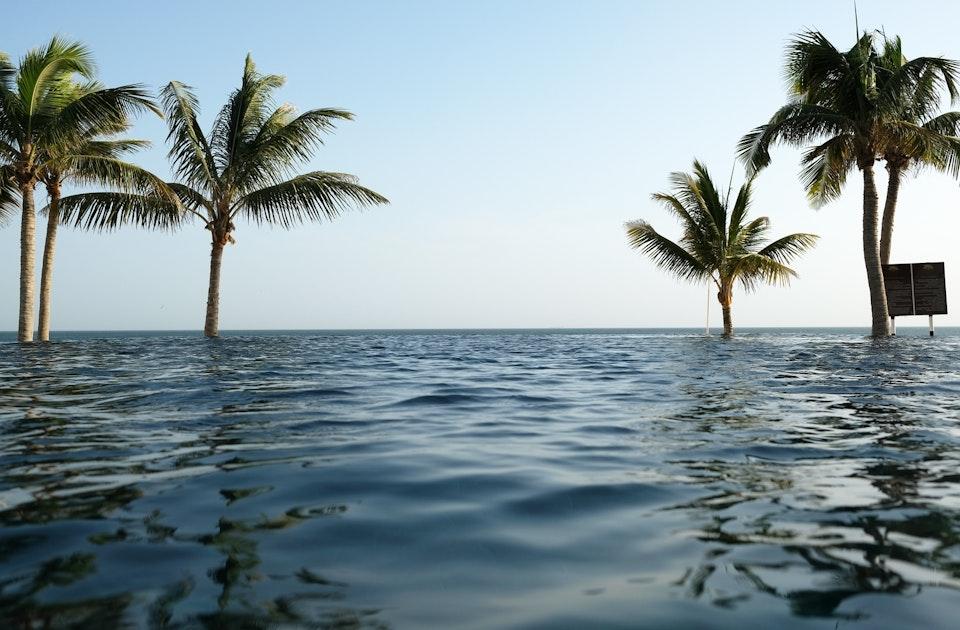 Der 45 Meter lange, aus schwarzem Naturstein gebaute Pool des Al Baleed Resorts führt (fast) ins Arabische Meer