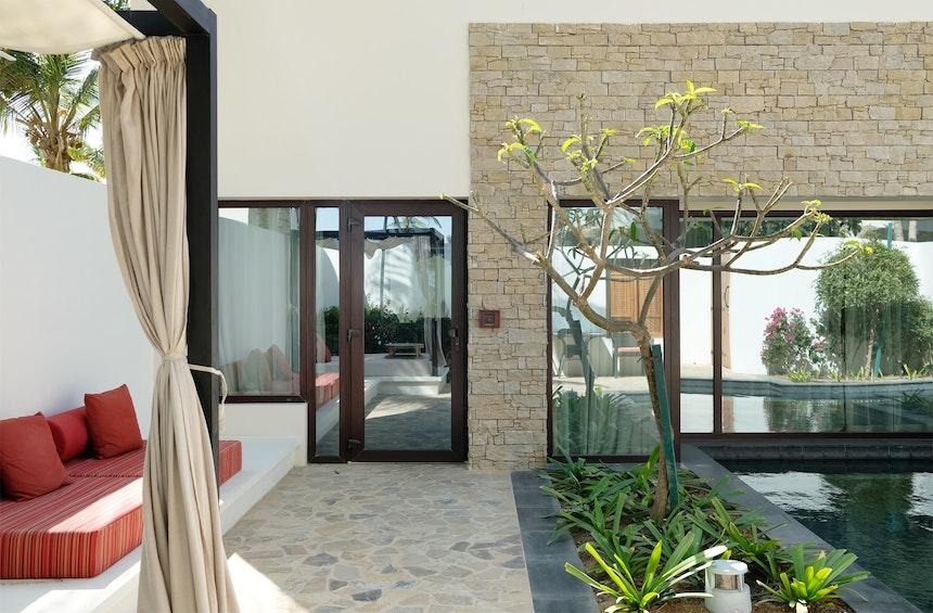 Villa im Bungalow Stil mit großem Wohnbereich, Schlafzimmer, begehbarem Kleiderschrank, Bad mit frei stehender Wanne – Alle Räume haben Ausblick auf den eigenen Pool und den Patio