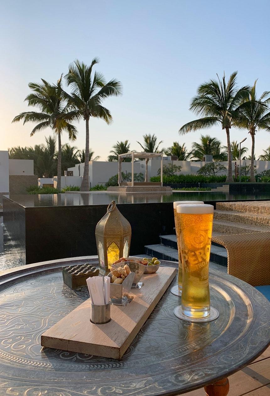 Sundowner, sogar mit frisch gezapftem Bierchen – Im Hotelrestaurant und Bar »Al Mina« gibt es Peroni vom Fass