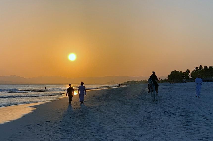 Zum Sonnenuntergang treffen sich Einheimische und Gäste der umliegenden Hotels zum Spaziergang am Wasser  – gerne auch mit  Pferd