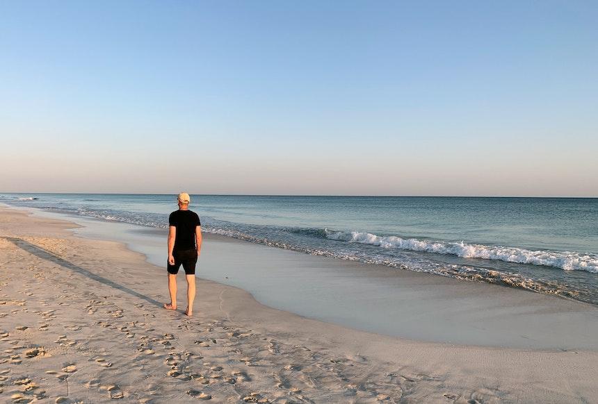 Die Abendsonne im Rücken – Der Strand von Salalah ist weiß, sauber und unendlich lang