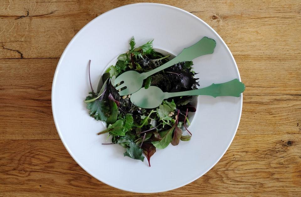 Paris meets Berlin – Das Salatbesteck aus Acryl der französischen Manufaktur Sabre und die Schale Urania der KPM ergänzen sich trotz des Stilbruchs sehr fein