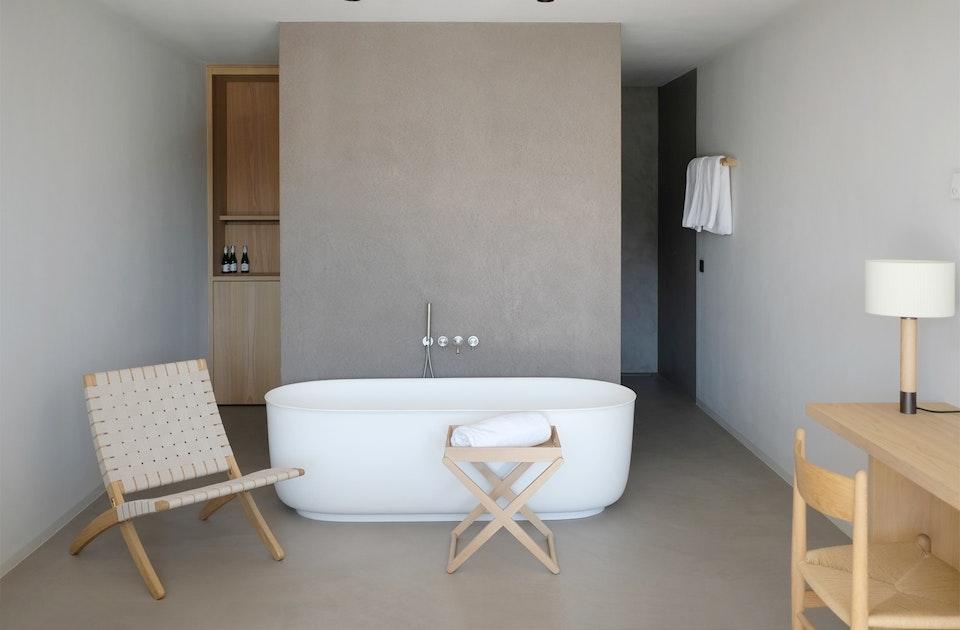 Hochwertiges Handwerk und Design in allen 42 Zimmern, Cuba Chair (Design Morten Gøttler), weiße Bauelemente, Oberflächen aus Kunstharz und Holz (Kastanie & Eiche)