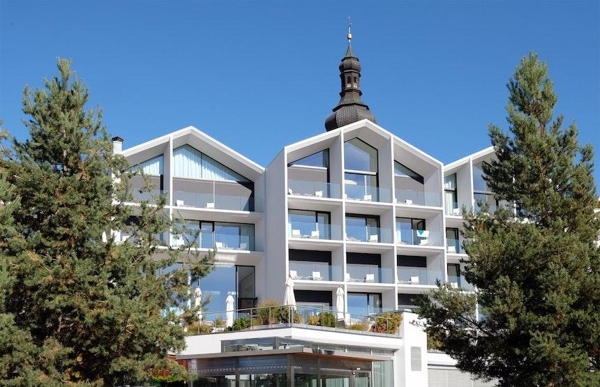 Seit 2018 hat das Hotel Schgaguler ein neues modernes Gesicht – In nur 4 Monaten wurde das 1986 als Apartmenthaus errichtete Gebäude von Peter Pichler Architecture (Mailand) komplett umgebaut