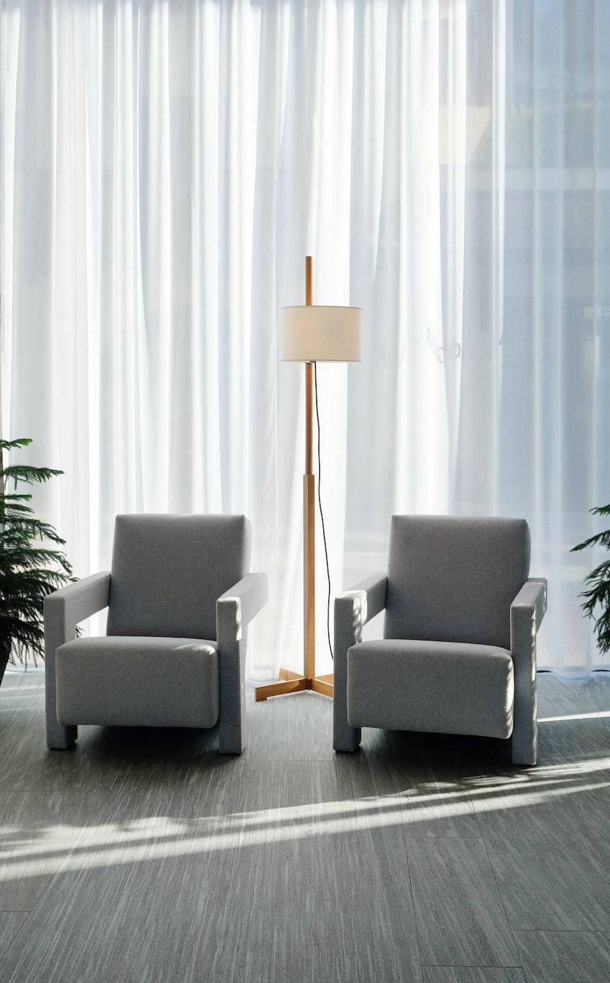 Schöner Empfang – Graue 637 Utrecht Sessel (Design Gerrit Rietveld für Cassina) und die TMM Stehleuchte von Santa & Cole, Design Miguel Milá