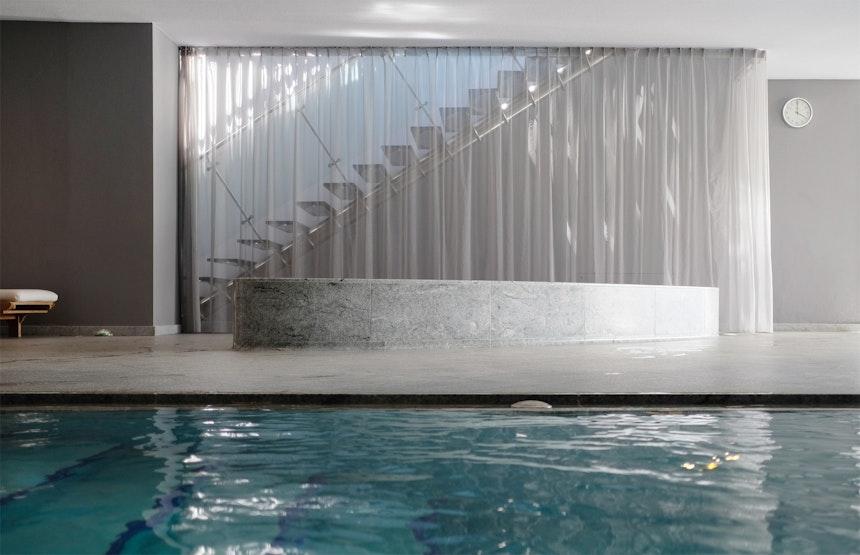 Über eine Stahltreppe geht's nach oben auf die Hotelterrasse und zum Whirlpool
