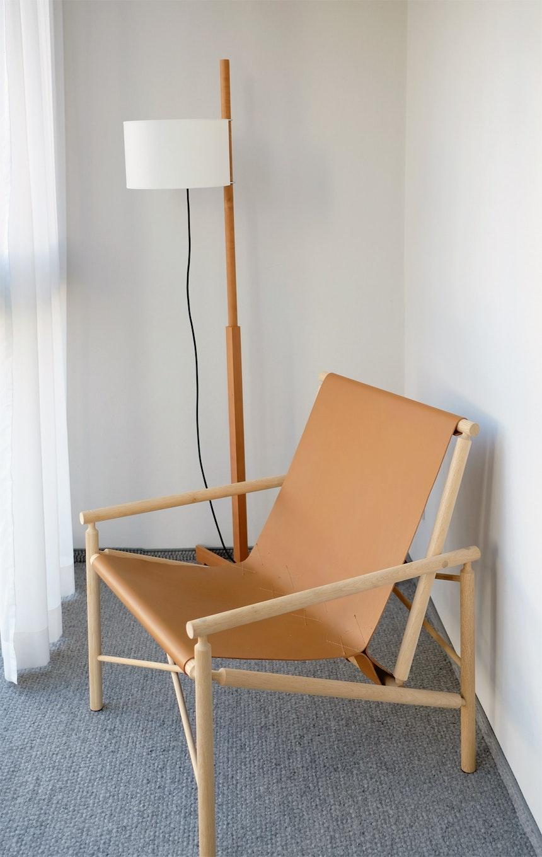 Treppenhaus und Flure sind mit einem dicken Wollteppich ausgelegt, Schritte und Geräusche werden auf natürliche Art und Weise gedämpft, TMM Leuchte &  Ease Chair (Design Gareth Neal für Amura)
