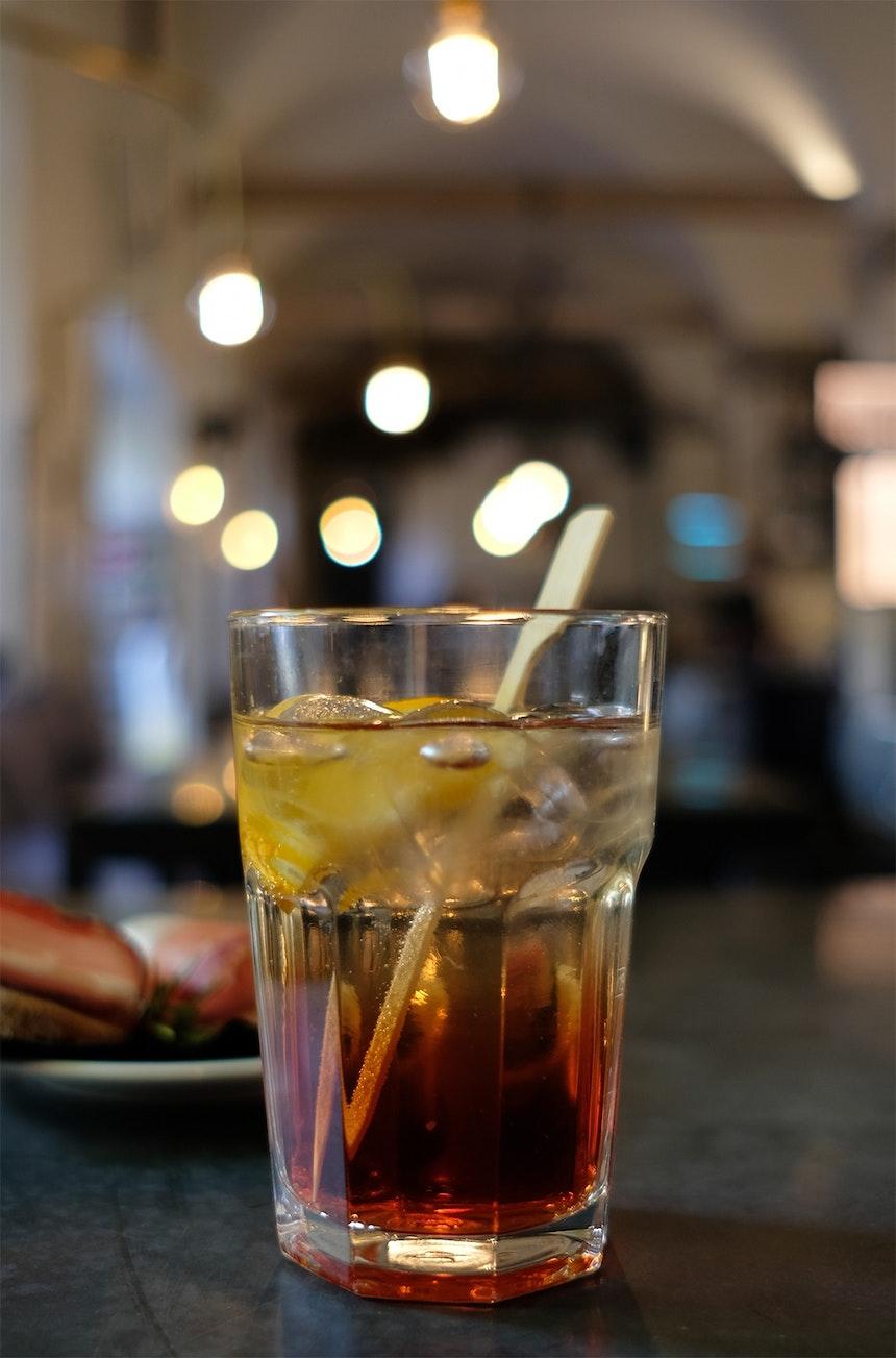 Alter Schlachthof »Aperitivo Must Drink« – Bio Rondó, der »Veneziano« des Hauses, serviert mit kleinen (Südtiroler Speck)Häppchen