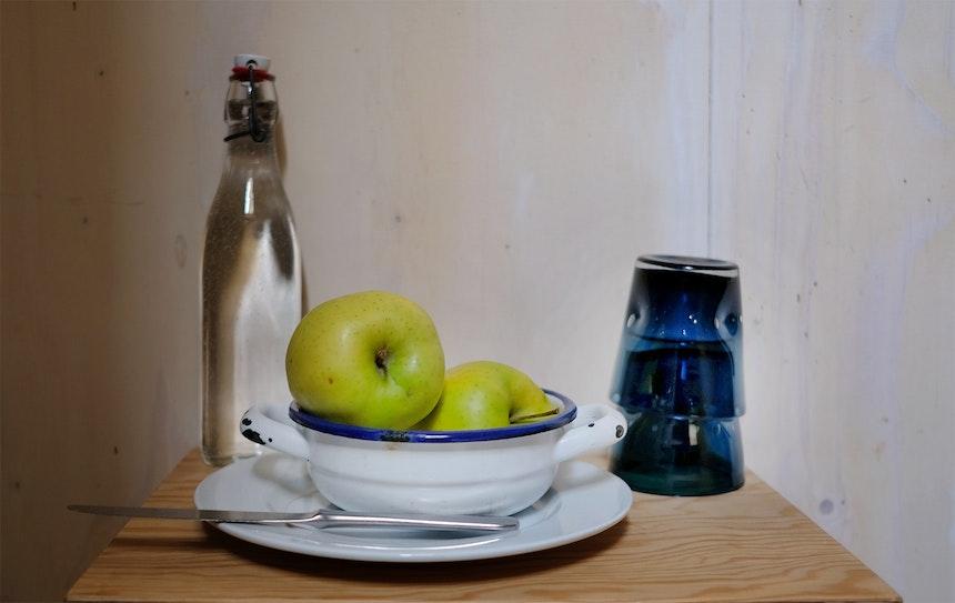 Stilleben im Zimmer »Cinque« – Nicht nur dekorativ, sondern gesund und regional – Äpfel & Wasser aus Brixen
