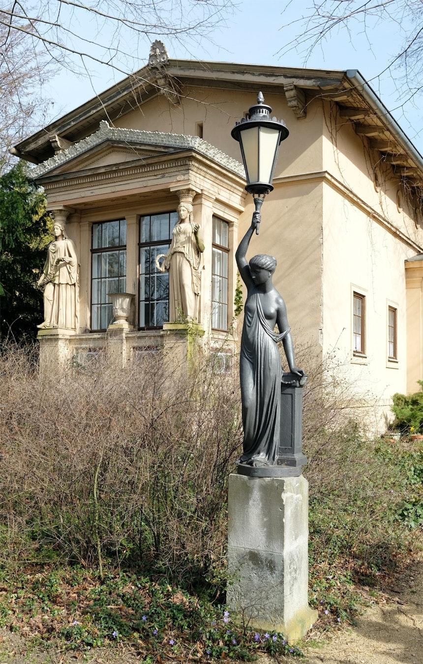 Pförtnerhaus am Johannitertor, schmuckvoller Erker mit Karyatiden (Skulpturen weiblicher Figuren mit tragender Funktion )