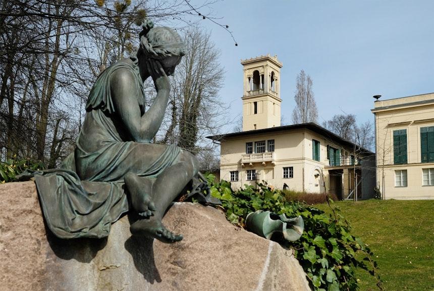 Das trauernde Milchmädchen, Laitièrenbrunnen, Westfassade des Schlosses