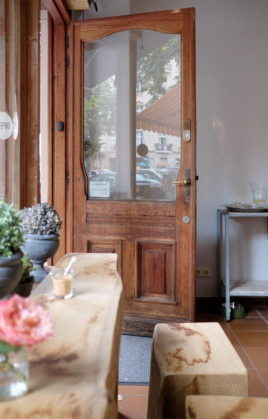 Von Montag bis Samstag steht die alte Tür des Cafés für die Gäste offen