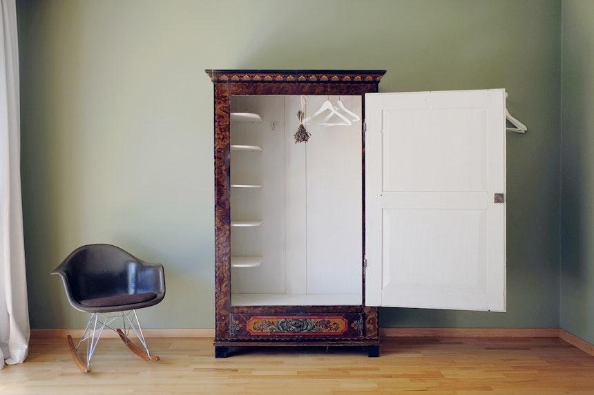 Der Farbton »Skimming Stone«, Modern Eggshell, von Farrow & Ball als neues Innenleben für den alten Kleiderschrank