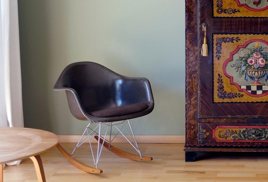 Stilmix – Eames trifft auf Bauernmalerei, grüne Wandfarbe »Lichen«, ebenfalls F&B