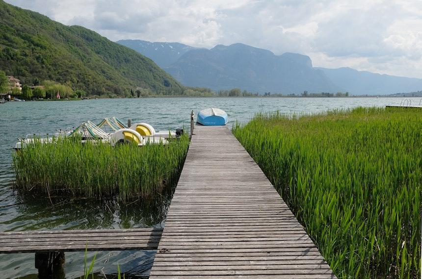 Frühling am See – Wie wäre es mit einer Fahrt auf einem der hoteleigenen Tretboote?
