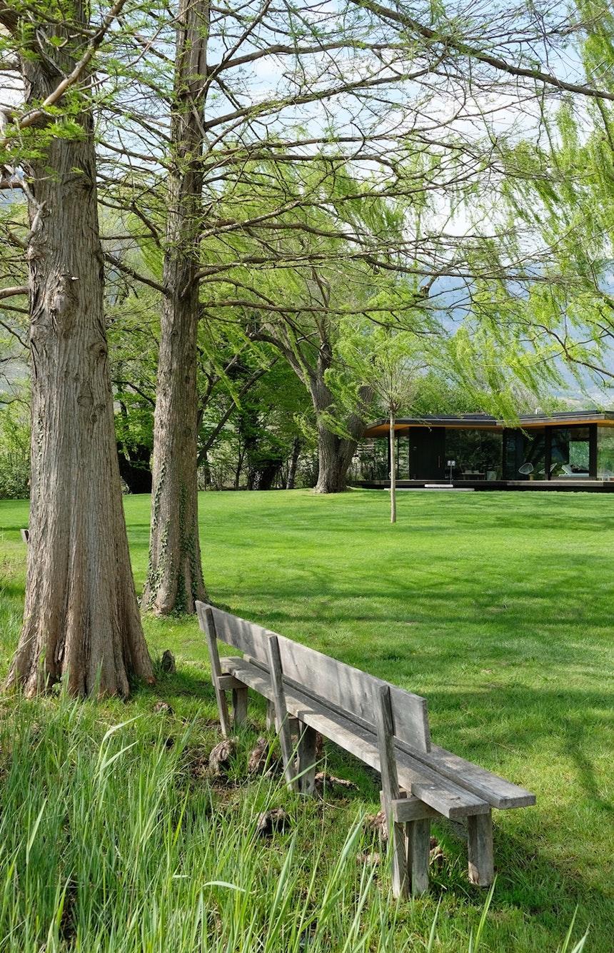Paradies – Der 11.000 Quadratmeter große Garten mit neu errichtetem Badehaus und 20-Meter-Pool liegt direkt am Kalterer See