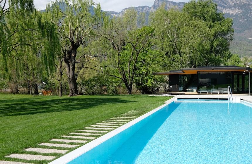 Natur und See immer im Blick – Schwimmen im Pool und Wellness im Pavillon aus Holz und Glas, dessen Architektur einen wohltuenden Kontrast zumHotelgebäude bildet