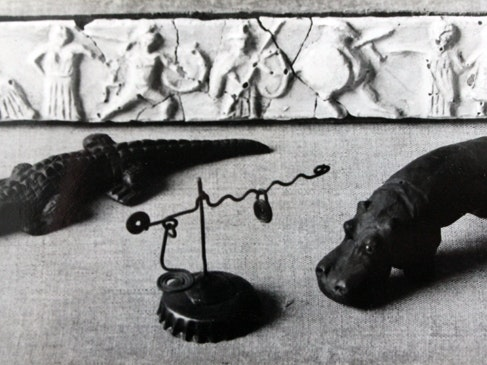 Erste Arbeiten als Kind: Kleiner Tempelfries aus Gips um 1917/18, Tiere aus Plastilin um 1917