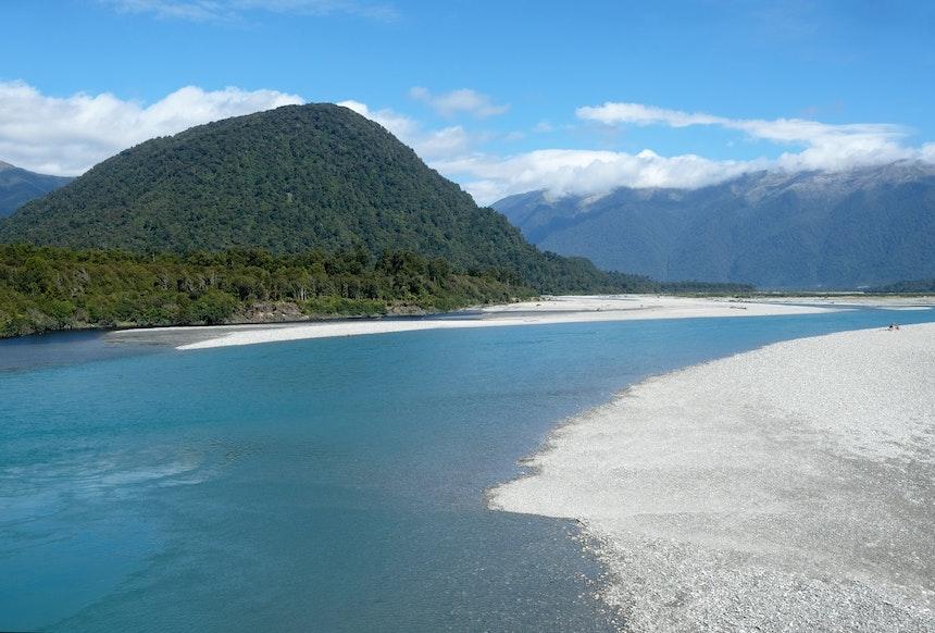 Der Haast River zieht sich durch die Alpenregion
