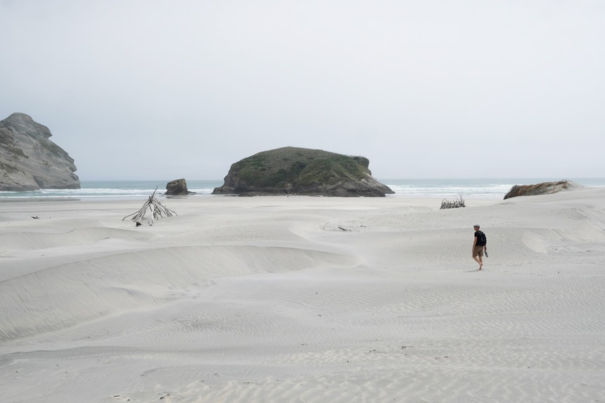 Hat man den letzten Hügel erklommen, ergibt sich dieser traumhafte Blick auf die weißen Sanddünen und die Bucht