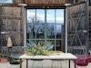 Outdoor-Tisch Tawila aus Beton & Stahl (tan tan), Stühle (Ames Design) im Garten der ausgebauten Scheune aus dem 18. Jahrhundert, die Rinne in der Tischplatte kann bepflanzt und zur Getränkekühlung verwendet werden
