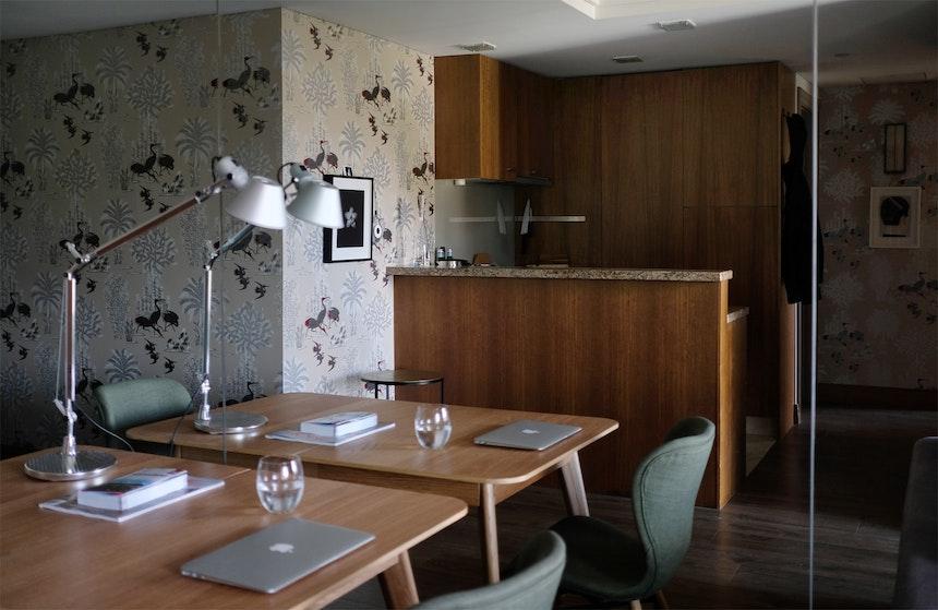 Raumwunder – Eine Wand des Apartments ist fast vollständig verspiegelt