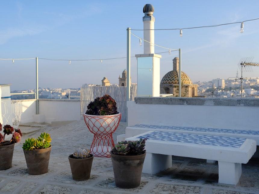 Die Dachterrasse mit grandiosem 360° Grad Blick, Metall-Gartenmöbeln Re-Trouve, Design Patricia Urquiola (Emu)