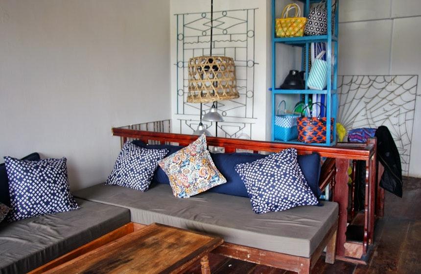 Gemütliche Sofas, alte Metallgitter und Möbel vom Bauern als Displays