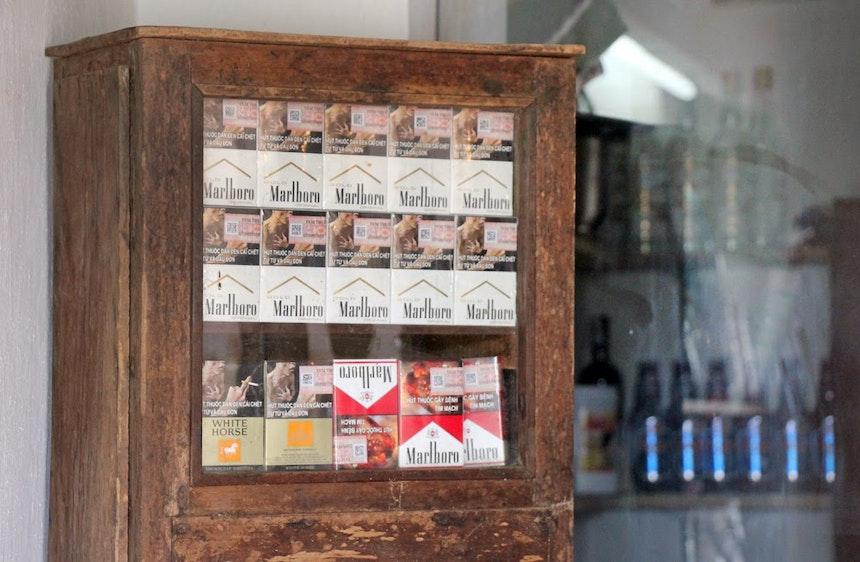 Fundstück vom Land – Altes Schränkchen für die Zigaretten im eigenen Verpackungsdesign