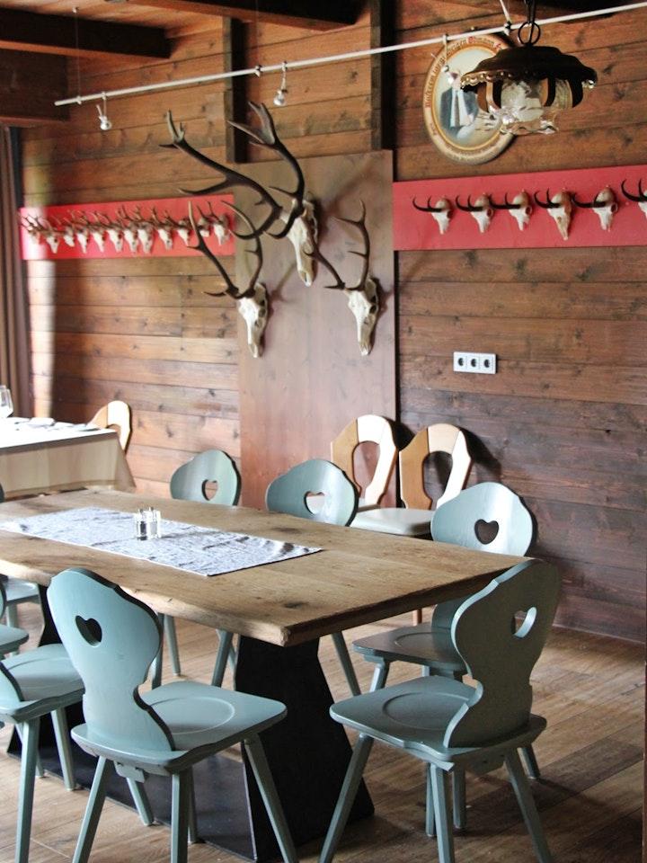 Holztischplatte und Stahlgestell kombiniert mit Bauernmöbeln