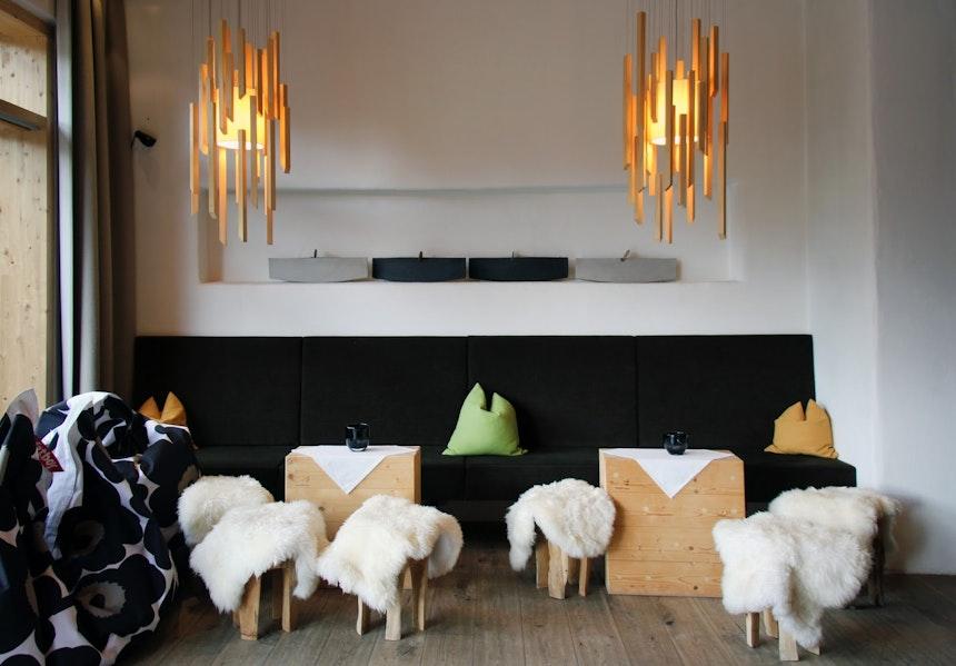 Marimekko-Sitzsäcke, Holzlampen und Fell-Hocker