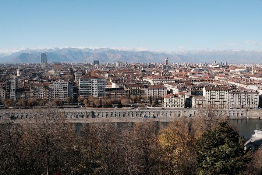 Turin mit Po-Ufer, im Hintergrund das Piemont