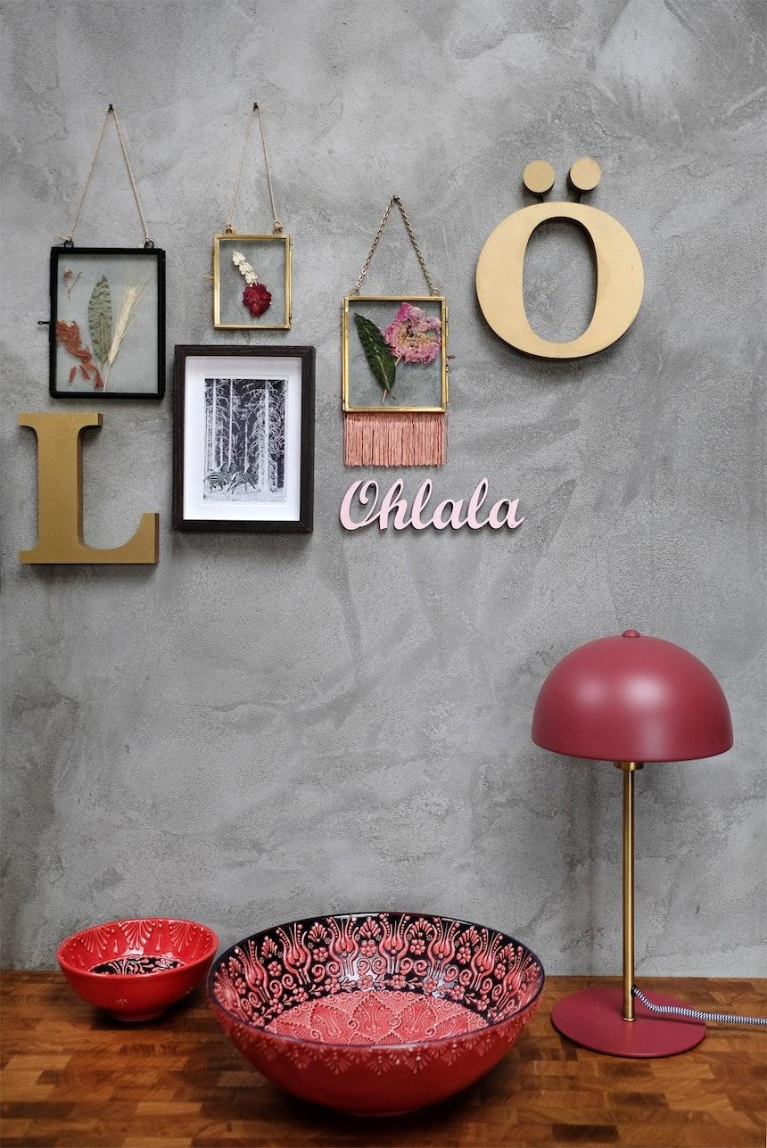Ohlala, die Keramikschüsseln und die rote Tischlampe (von Hübsch) sehen vor der grauen Wand ja toll aus!