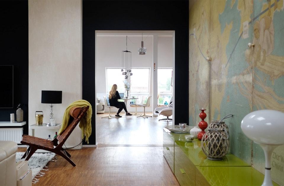 Ulrike Kabyl, eine der beiden Gründerinnen der Holy Shit Shopping Weihnachtsmärkte, wohnt in Kreuzberg. Zwei Wohnungen wurden zu einer zusammengelegt – mit Blick über die Dächer Berlins
