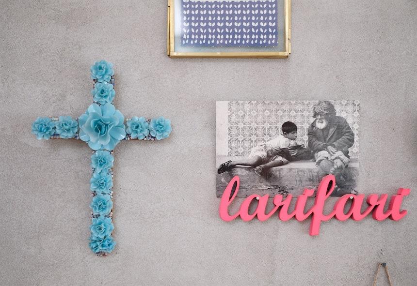 Blaues Plastikrosenkreuz & Larifari. Die 3D-Holschriftzüge (von Nogallery) schmücken bei Ulrike fast jede Wand
