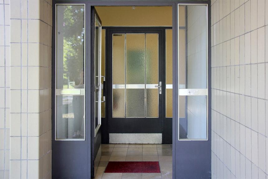 Haustür ausStahl und eloxiertem Aluminium, gelb eingefärbte Strukturverglasung