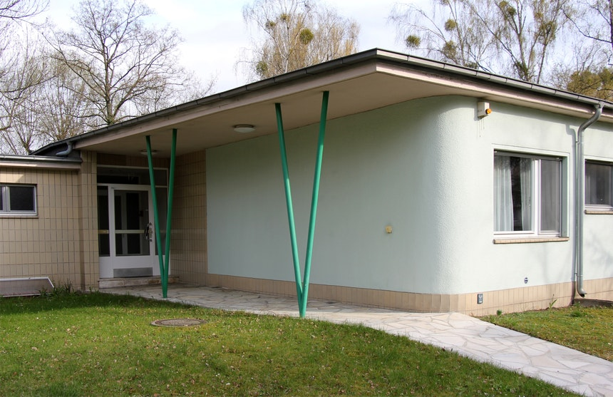 Hauszugangsweg mit Solnhohofener Platten, großerDachübelstand