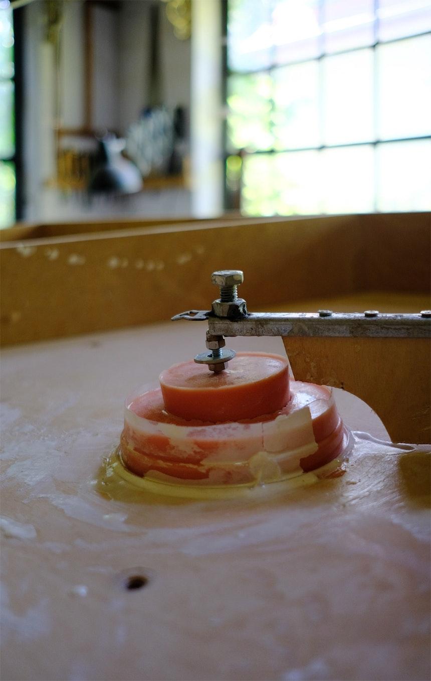 Einfülltrichter auf der Rückseite – Hier wird der PU Gießharz eingefüllt